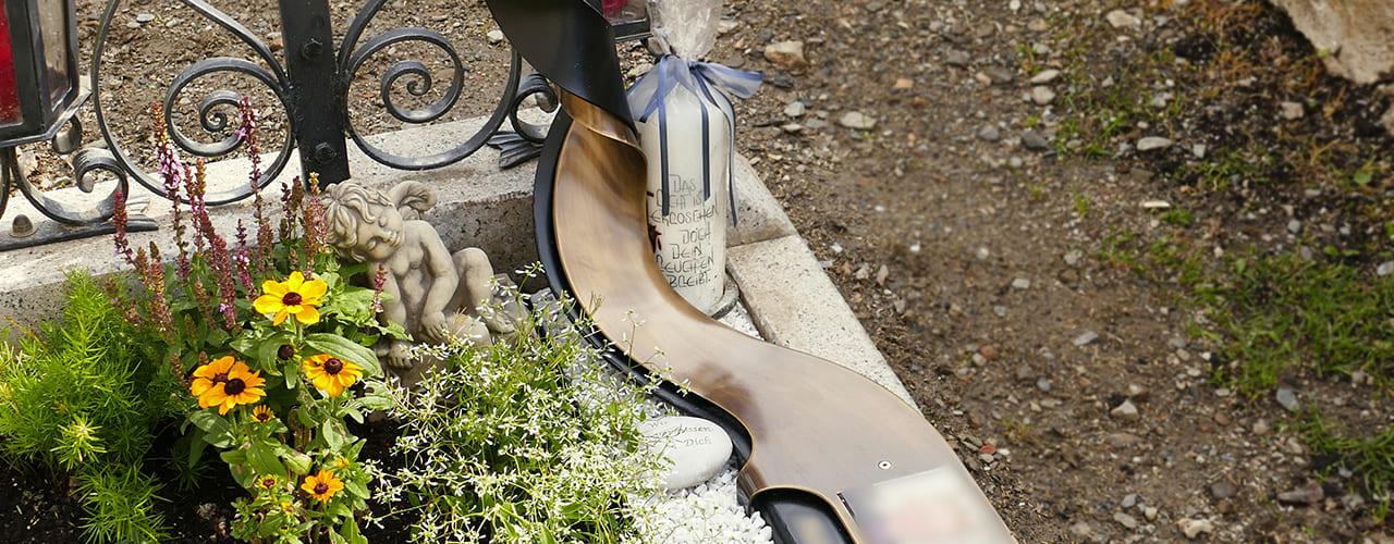 mr steel design - Besonders gestaltete, zusätzliche Gedenktafel an einem Familiengrab