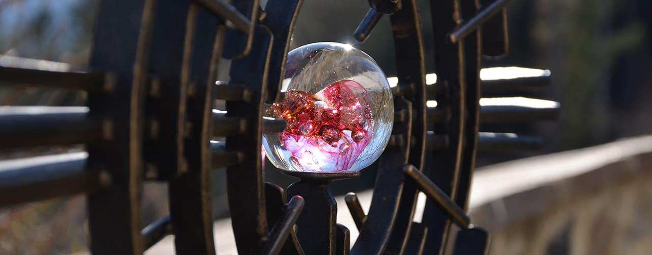 mr steel design - Detail eines Grabkreuzes mit eingearbeiteter Glaskugel